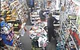 Furt surprins de camerele video ale unui magazin din Bujac 1