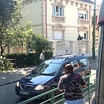 Barbat violent printre masini