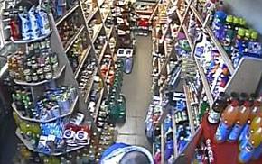 Furt surprins de camerele video ale unui magazin din Bujac 2